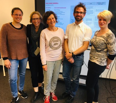 Teil des ZfS Teams und Sabine Reisas von PerLe mit Professor Tobias Seidl